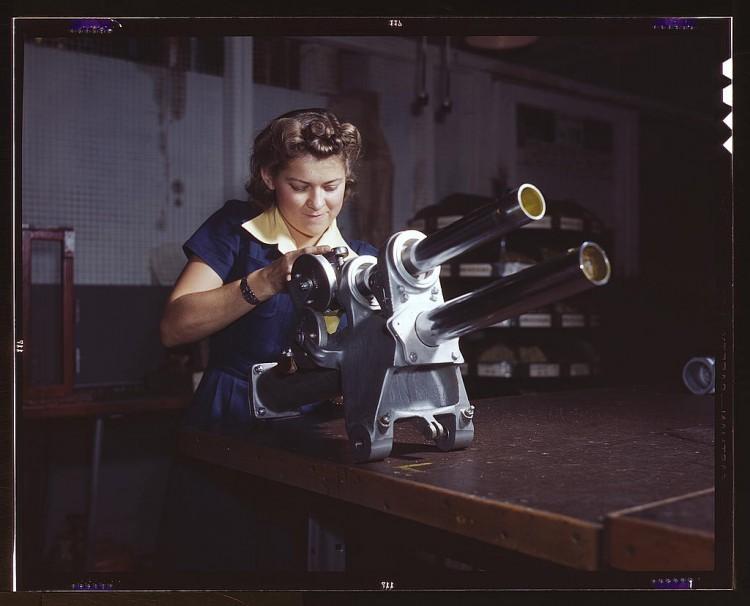 Photo représentant une femme travaillant sur une pièce d'avion.
