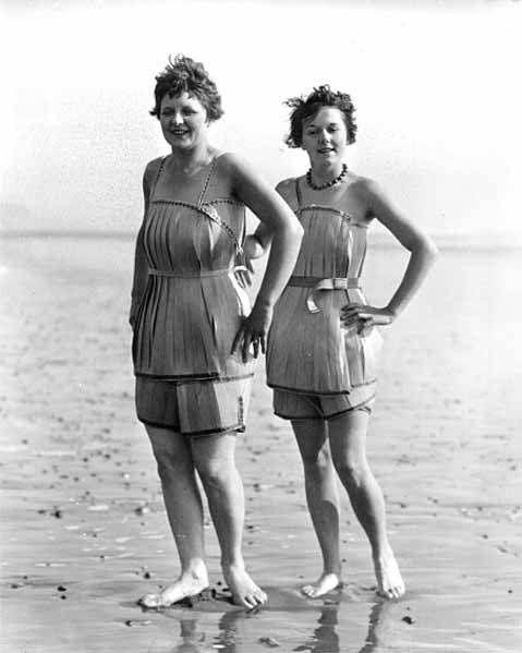 Photographie représentant deux jeunes femmes en tenue de bain sur une plage.