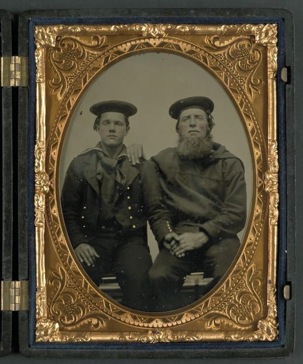 Photographie représentant deux marins assis côte à côte.